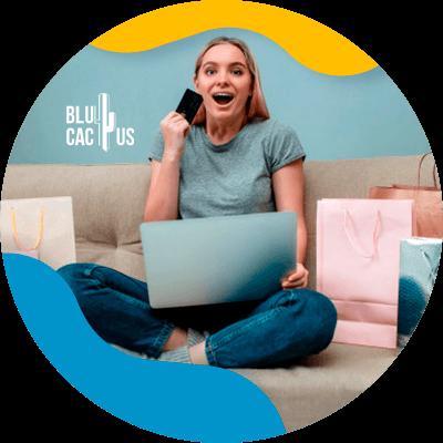 BluCactus - ¿Qué es una identidad corporativa? - mujer trabajando en su telefono