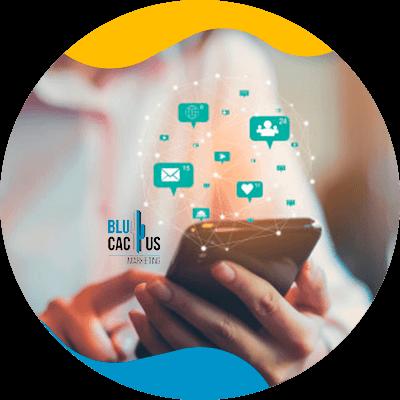 BluCactus - Community Manager - persona profesional escriiendo