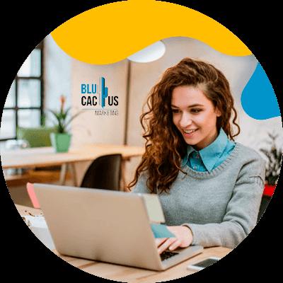BluCactus - Community Manager - persona profesional escriendo