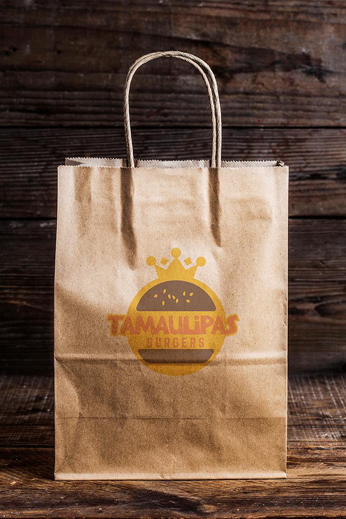 BluCactus una bolsa de papel con el logotipo de Tamaulipas Burgers para el branding de restaurantes