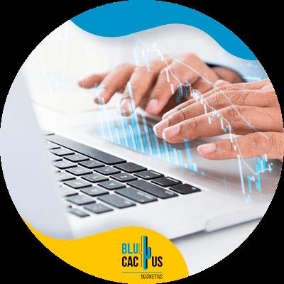 BluCactus - ¿Qué es un blog y cuál es su función? - persona trabajando con un dispositivo electronico en sus actividades
