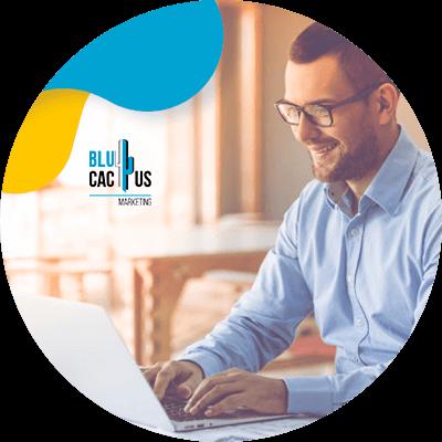 BluCactus - qué es una landing page - hombre profesional trabajando en sus actividades