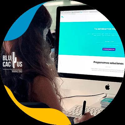 BluCactus - qué es una landing page - mujer profesional trabajando en sus actividades