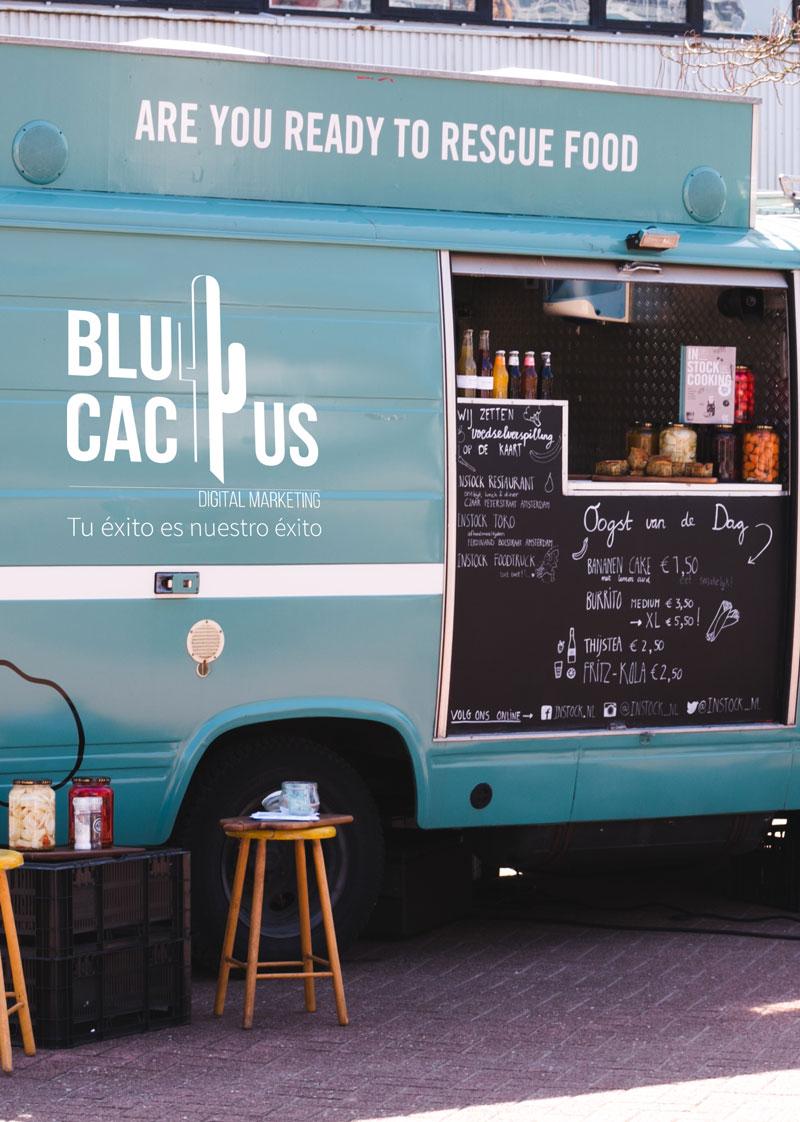 Un minibus azul con una ventana para vender comida