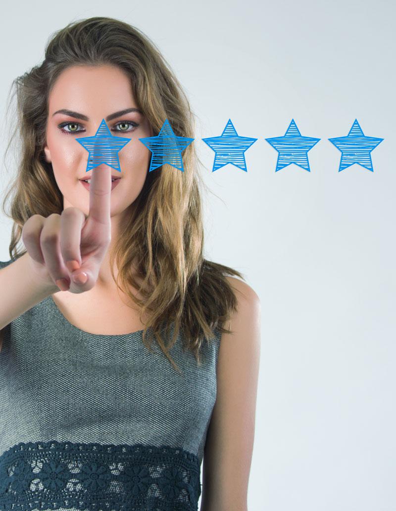 Una mujer picando 5 estrellas azul por al opinion de un restaurante