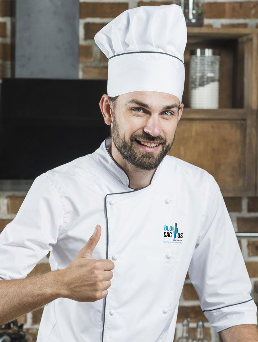 Un chef profesional con uniforme de chef con logotipo de BluCactus para el Branding de Restaurantes