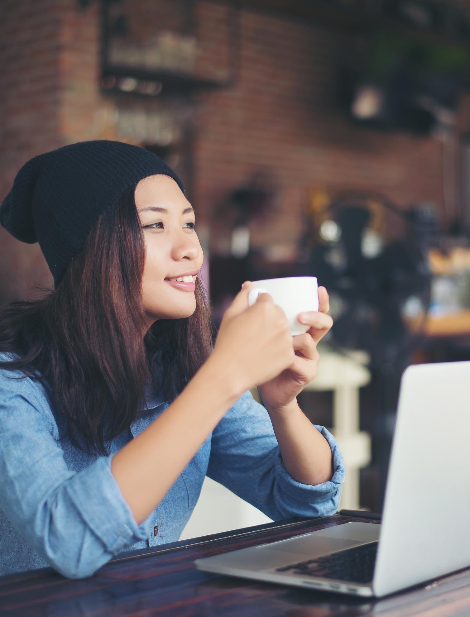 BluCactus - Muchachas descansando con una taza de cafe haciendo contendido con su laptop