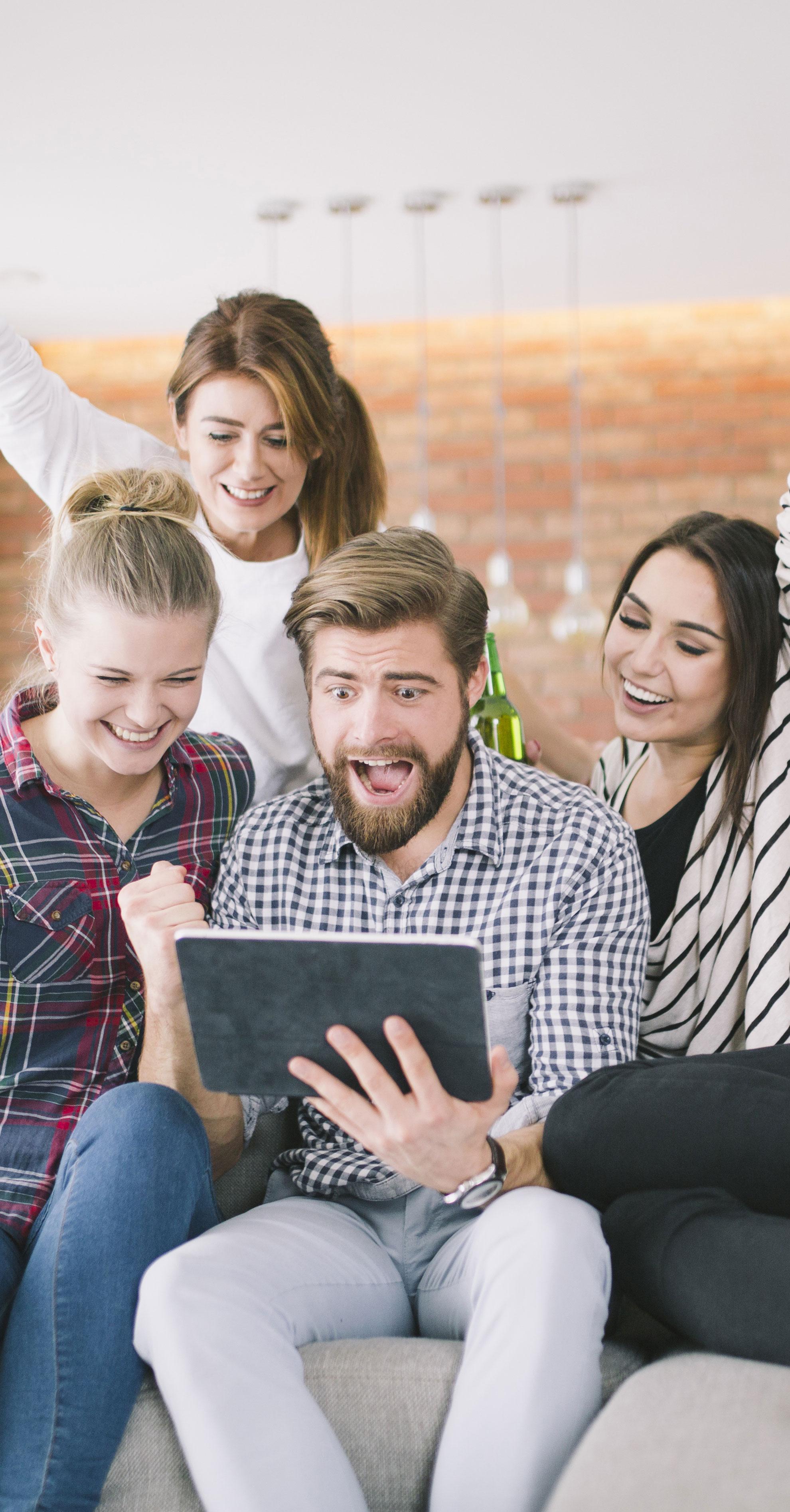 BluCactus - 4 personas viendo la creación de contenido digital