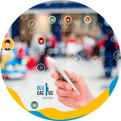 BluCactus - persona con celular en la mano