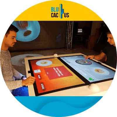 BluCactus - hombre utilizando un menu digital