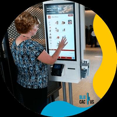 BluCactus - 11 Beneficios del Menú Digital para Restaurantes - mujer utilizando un menu digital