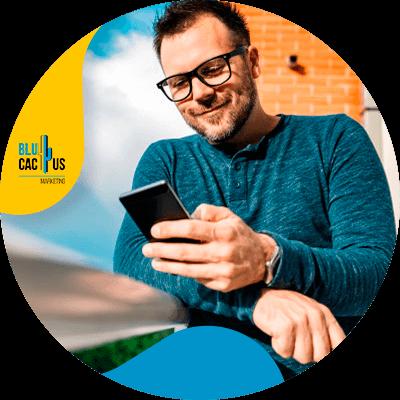 BluCactus - ¿Qué es un blog y cuál es su función? - persona trabajando profesionalmente