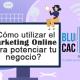 BluCactus - Una persona sentado en una computador utilizando el Marketing Online