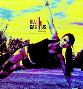 Blucactus - Como se funciona la paleta de Cyberpunk con el diseño gráfico - mujer atletica realizando ejercicio con una blusa negra