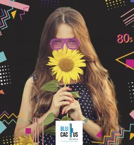 BluCactus - tendencias del diseño gráfico en 2020 - Mujer con un girasol con el efecto desarrollo de técnicas de contraste - mujer sosteniendo un girasol con la técnica de años 80