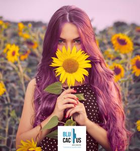 BluCactus - tendencias del diseño gráfico en 2020 - Mujer con un girasol con el efecto desarrollo de técnicas de contraste - mujer sosteniendo un girasol con la técnica de contraste