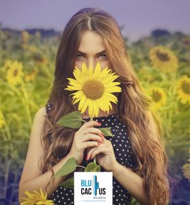 Blucactus - Edición de fotografías en redes sociales - una chava sosteniendo un girasol amarillo con un logo debajo de ella