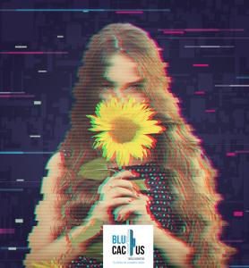 Blucactus - Efecto Glitch con una mujer sosteniendo un girasol