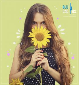 BluCactus - tendencias del diseño gráfico en 2020 - Mujer con un girasol con el efecto desarrollo de técnicas de contraste - mujer sosteniendo un girasol con la técnica de diseño minimalista y sus diferentes modos de aplicación