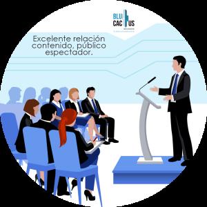 BluCactus - Tipos de presentaciones de Power Point - persona hablando en un podio con muchas personas a su alrededor