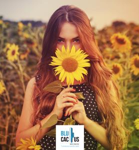 BluCactus - tendencias del diseño gráfico en 2020 - Mujer con un girasol con el efecto desarrollo de técnicas de contraste - mujer sosteniendo un girasol con la técnica de degradación del color