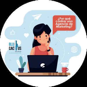 Blucactus-Qué es un logotipo-mujer con blusa roja mirando su computadora