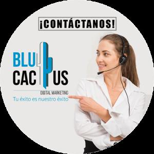 BluCactus - Marketing para restaurantes - mujer con el logo de una empresa de marketing digital