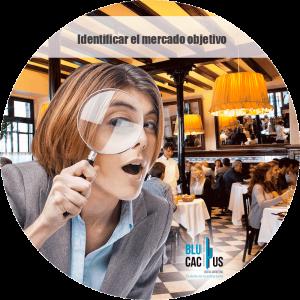 BluCactus - Marketing para restaurantes - mujer con una lupa
