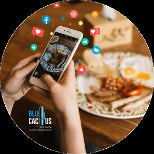 BluCactus - Marketing para restaurantes - comida de desayuno con mujer tomandole una foto