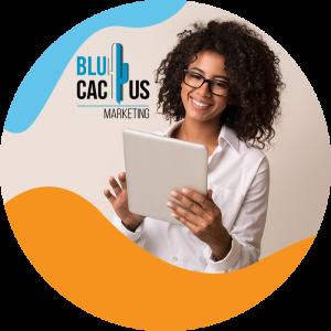 BluCactus- mujer con cabello chino y una hoja de información en sus manos