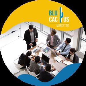 BluCactus - ¿Qué es un Pitch Deck? - reunien en una junta de trabajo