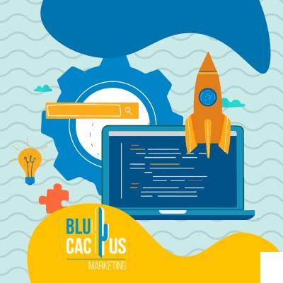 BluCactus - un aocmputadora con un cohete naranja despejando