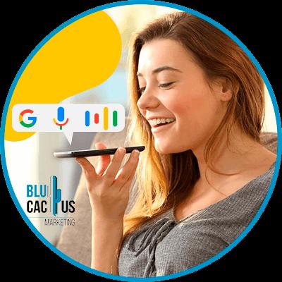 BluCactus - mujer hablando con su celular por medio de un audio