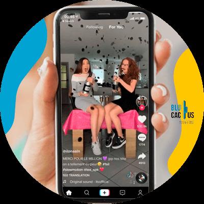 BluCactus - mujeres divirtiendsose grabando un video para la aplicacación