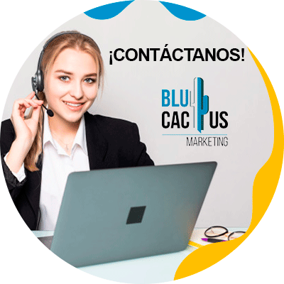 BluCactus - mujer profesional pensativa y trabajando