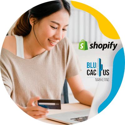 BluCactus - WooCommerce o Shopify - mujer profesional pensativa y trabajando
