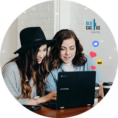 BluCactus - mujeres investigando en su computadora