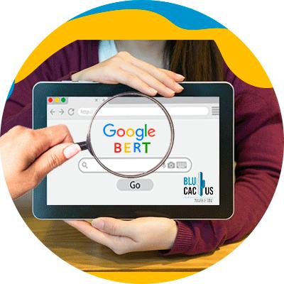 BluCactus - ¿Cómo detectar el Plagio de Contenido?- computadora con el logo de un buscador de internet