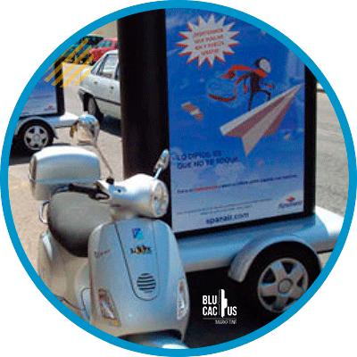BluCactus - ¿Qué es OOH y cuántos Tipos hay? - motocicleta con una publicidad en ella