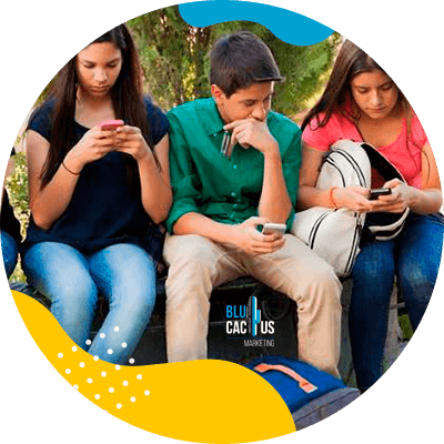 BluCactus - ¿Cómo usar TikTok para Aumentar tus Ventas? - niños sentados usando aplicaciones del celular