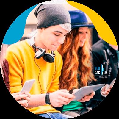 BluCactus - ¿Cómo usar TikTok para Aumentar tus Ventas? - Hombre usando gorro con su ipad
