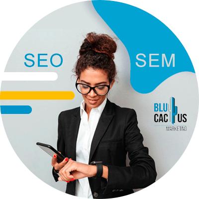 BluCactus - Diferencias entre SEO y SEM - mujer profesional con el celular