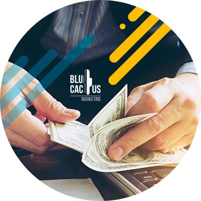 BluCactus - ¿Qué es OOH y cuántos Tipos hay? - hombre profesional agarrando papeles