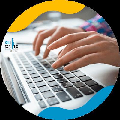 BluCactus - ¿Qué es el Contenido Generado por el Usuario? - persona escribiendo