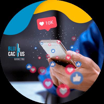 BluCactus -KPIs en las redes sociales - persona con su celular en la mano