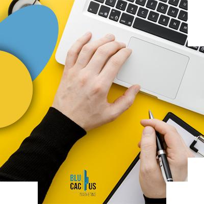 BluCactus - persona escribiendo en su computadora