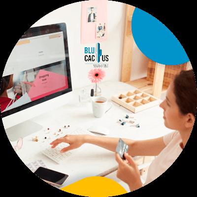 BluCactus - display advertising - persona profesional analizando informacion