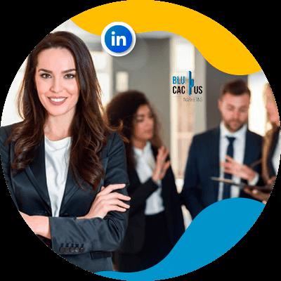 BluCactus - Estrategias para empresas en LinkedIn persona trabajando