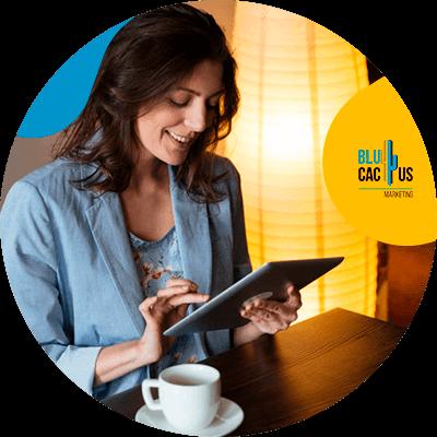 BluCactus - ¿Cuánto cuesta un Menú Digital para Restaurantes? - Mujer con traje azul trabajando con su ipad