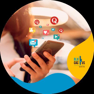 BluCactus - Tipos de redes sociales para su estrategia de Marketing - persona profesional utilizando su teléfono para trabajar